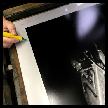 """Photolithographie """"Moteur Jap de 1920"""", 2018, Éditions Anthèse, photographie de Grégory Mathieu"""