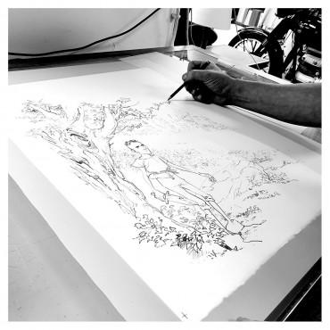 Luigi Critone dessinant la première couleur au crayon sur calque.
